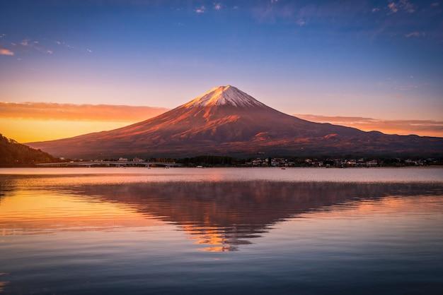 Landschapsbeeld van mt. fuji over lake kawaguchiko bij zonsopgang in fujikawaguchiko, japan. Premium Foto