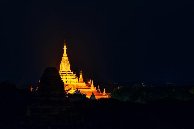 Landschapsbeeld van oude pagode bij nacht in bagan, myanmar. Premium Foto