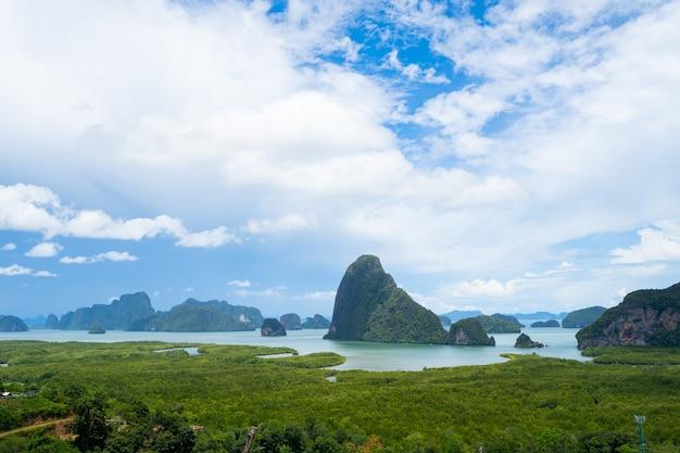 Landschapsgezichtspunt samed nang chee bay uitzichtpunt op de bergen in de provincie phang nga Premium Foto