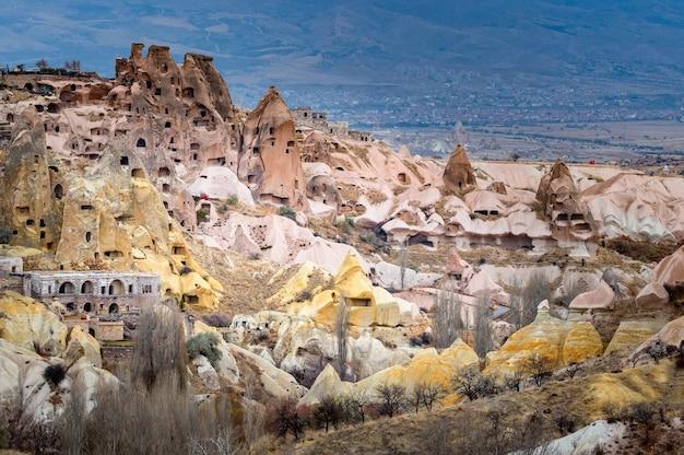 Landschapsmening van uchisar, cappadocië, turkije onder bewolkte hemel Premium Foto