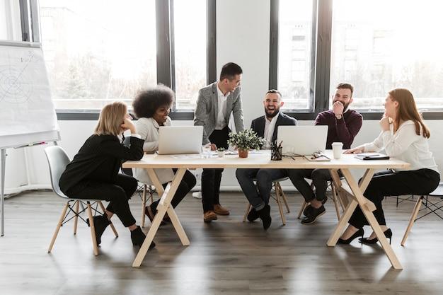 Lang schot van bedrijfsmensen in vergadering Gratis Foto