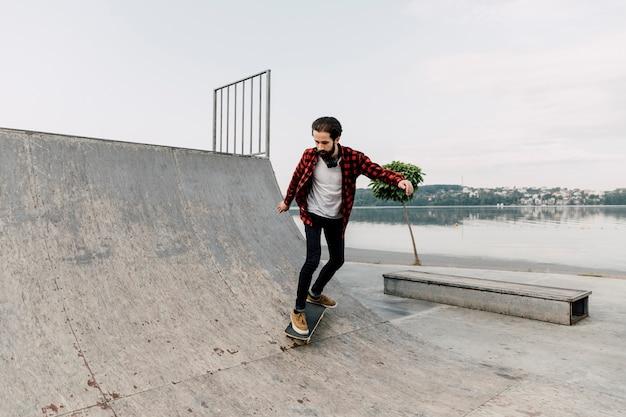 Lang schot van de mens bij skatepark Gratis Foto