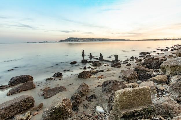 Lange belichtingstijd shot van de stenen op de kust nabij portland, weymouth, dorset, uk Gratis Foto