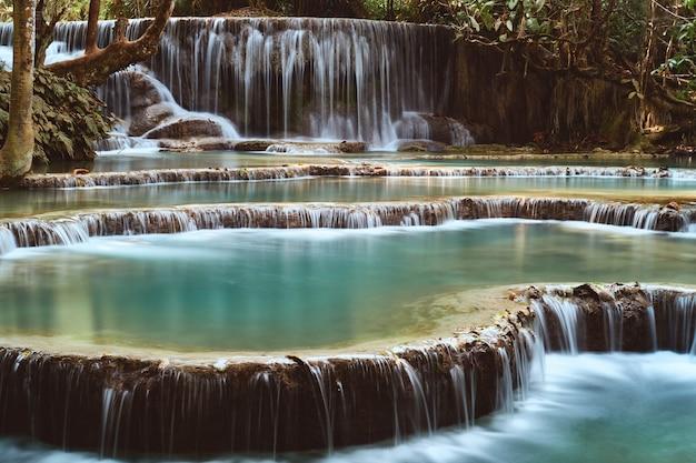 Lange blootstelling van de prachtige tropische kuang si-waterval in luang prabang, laos Gratis Foto