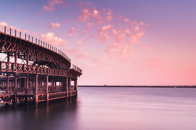Lange pier aan zee Gratis Foto