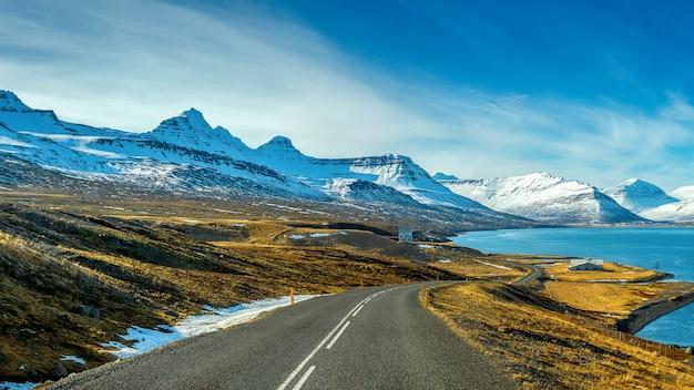 Lange rechte weg in de winter. Gratis Foto