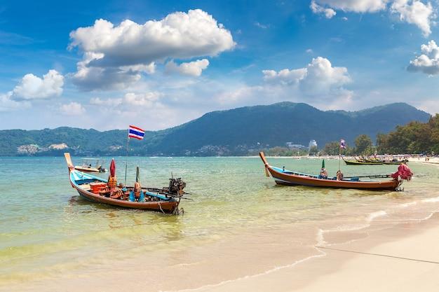 Lange staartboot op het strand van patong op phuket in thailand Premium Foto