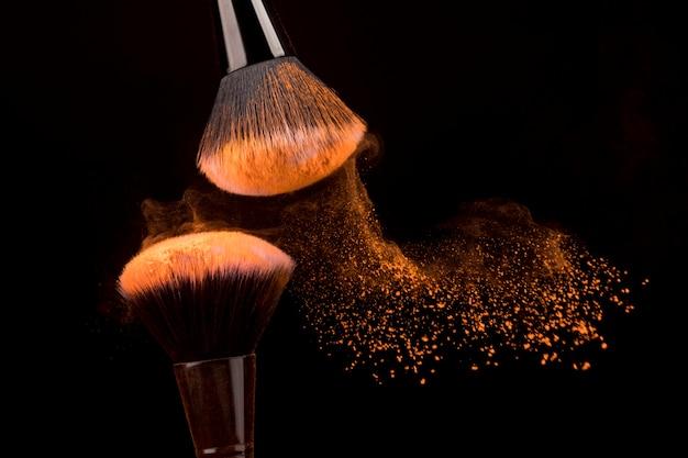 Langzaam vliegende deeltjes oranje poeder uit borstels Gratis Foto