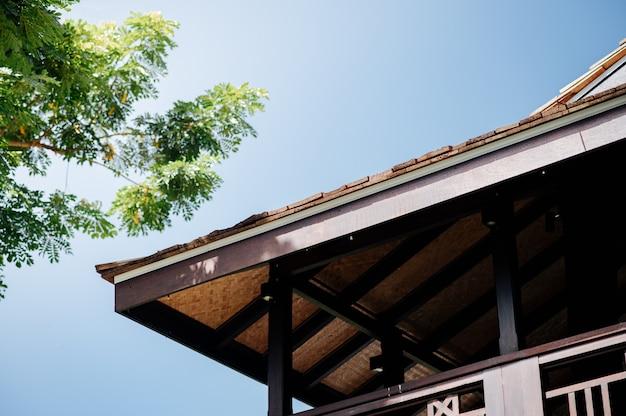Lanna-stijlhuis met grote bomen, duidelijke hemel Premium Foto