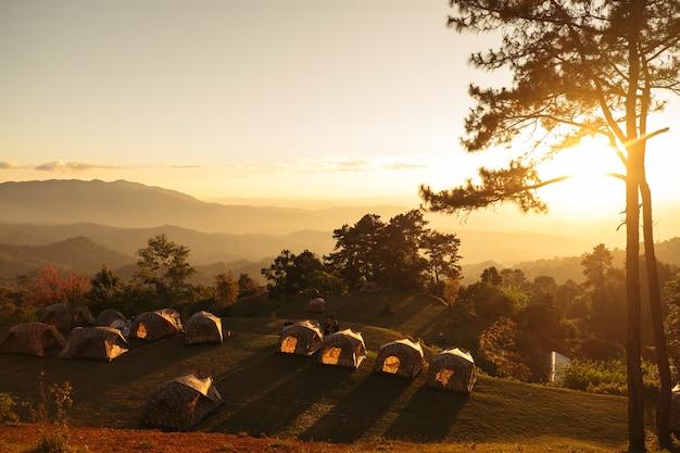 Lanscape met zonsondergang bij zonsondergang Premium Foto