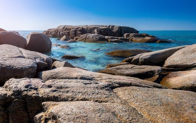 Lanscape weergave van witte stenen in blauwe zee. Premium Foto