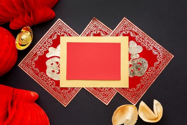 Lantaarns en chinees nieuwjaarskaartmodel Gratis Foto