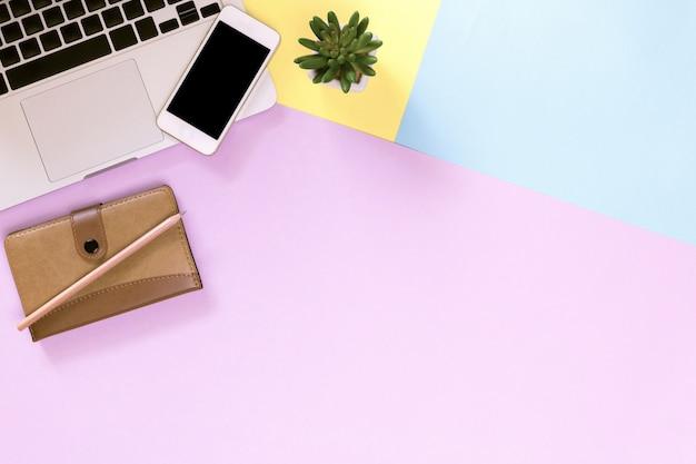 Laptop achtergrond, moderne werkplek met laptop, smartphone en kopie ruimte op kleur achtergrond. Premium Foto