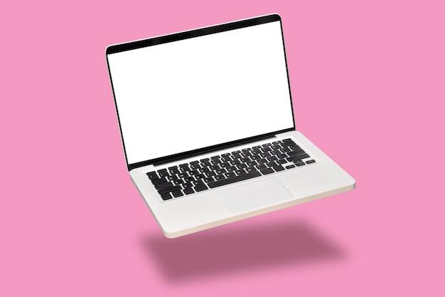 Laptop computermodel omhoog met het lege lege witte die scherm op roze achtergrond wordt geïsoleerd. Premium Foto