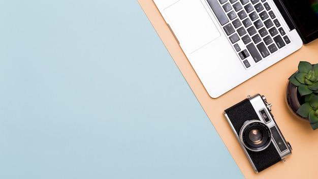 Laptop en camera op kleurrijke achtergrond Gratis Foto