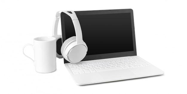 Laptop en hoofdtelefoon op wit wordt geïsoleerd dat Premium Foto