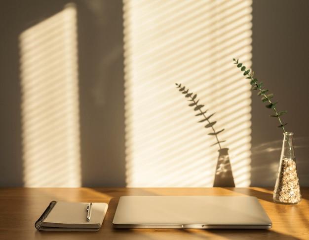 Laptop en notebook op tafel Gratis Foto