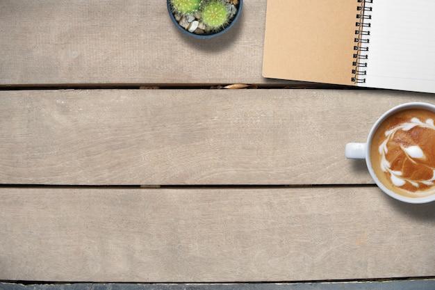 Laptop en slimme telefoon op houten, kopiëren ruimte, hoogste meningsachtergrond Premium Foto
