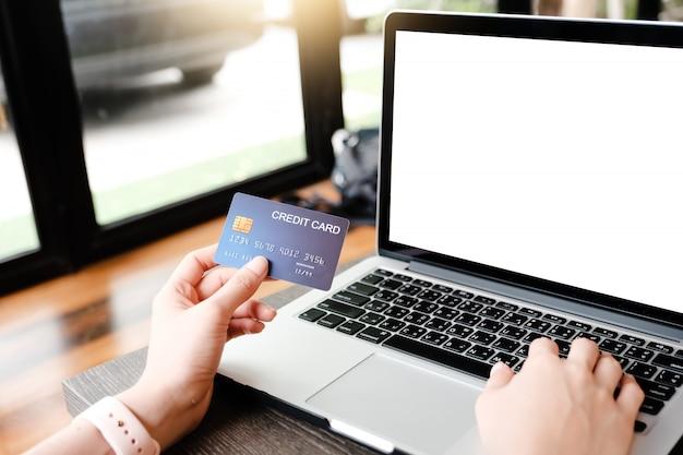 Laptop leeg en het betalen van geld door creditcard te gebruiken Premium Foto