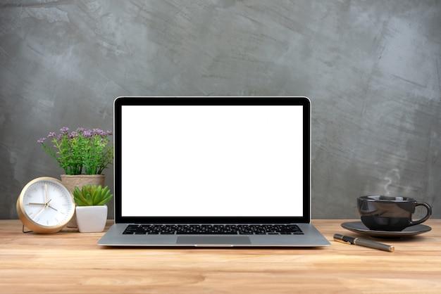 Laptop met een leeg scherm op tafel Premium Foto