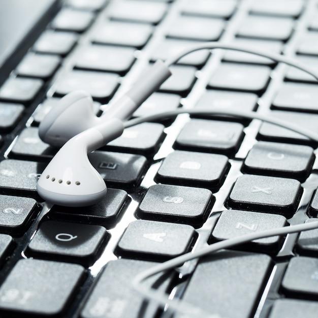 Laptop met koptelefoon Gratis Foto