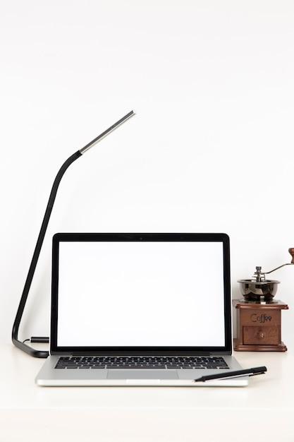 Laptop met leeg scherm op bureau Gratis Foto