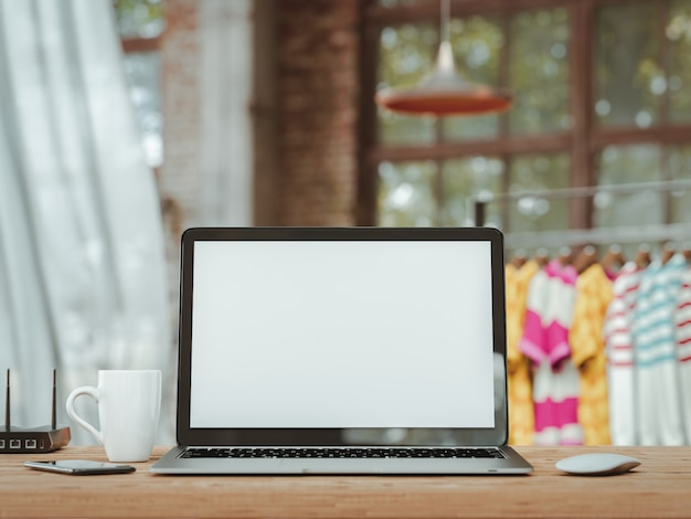Laptop met leeg scherm op tafel. de sfeer in het bureau. Premium Foto