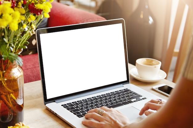 Laptop met leeg wit scherm Gratis Foto