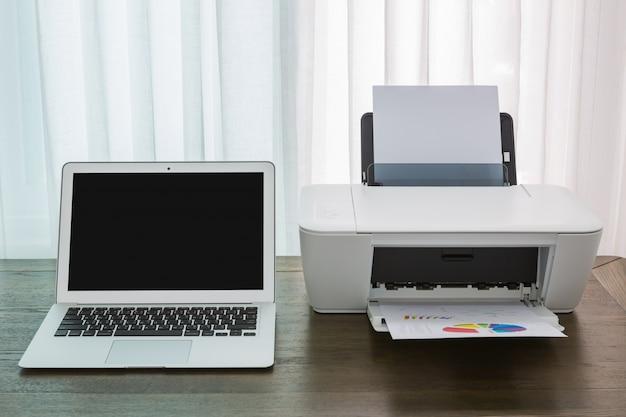 Tafel Voor Printer : Laptop op een houten tafel met een printer foto gratis download