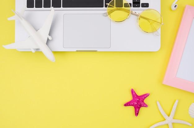 Laptop op gele achtergrond met kopie ruimte Gratis Foto