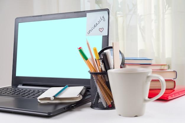 Laptop op het bureau van de student, op de universiteit van de monitorsticker. Premium Foto