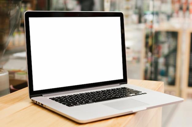 Laptop op houten oppervlak mockup Gratis Foto