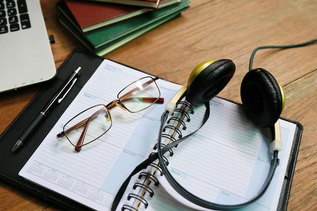 Laptop telefoonboek op houten tafel Premium Foto