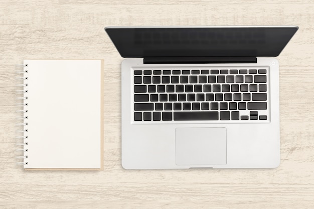 Laptopcomputer en lege laptop op houten tafel. Premium Foto