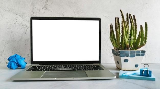 Laptopcomputer met geopend deksel op bureau Gratis Foto