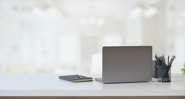 Laptopcomputer op tafel in office-werkruimte. Premium Foto