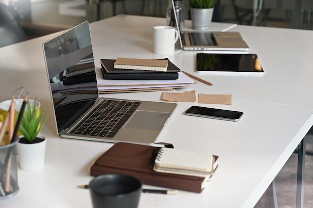 Laptopcomputer op vergadertafel in de vergaderzaal. Premium Foto