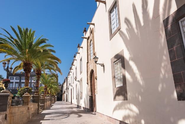 Las palmas de gran canaria, spanje. stedelijk landschap, koloniale huizen in vegueta. Premium Foto