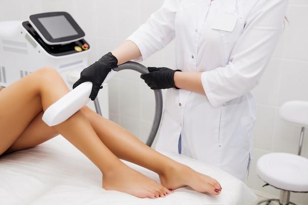 Laserepilatie en cosmetologie in schoonheidssalon. ontharingsprocedure. laserepilatie, cosmetica, spa en ontharing Premium Foto