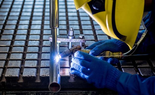 Lasser werkt in een staalfabriek met argonlassen. Premium Foto