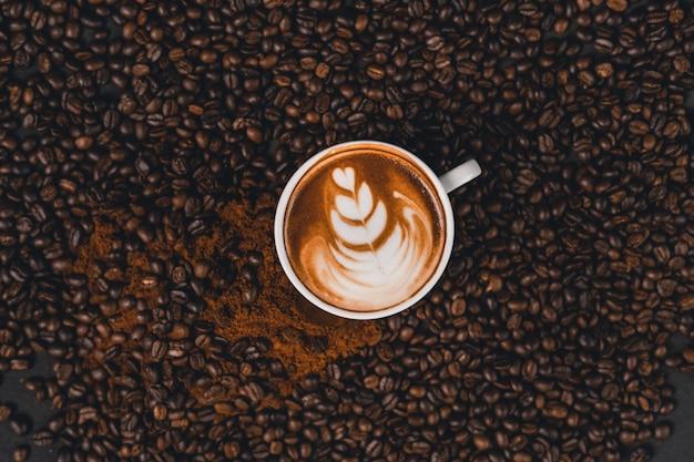 Lattekoffie in een kop op de lijst thuis Premium Foto