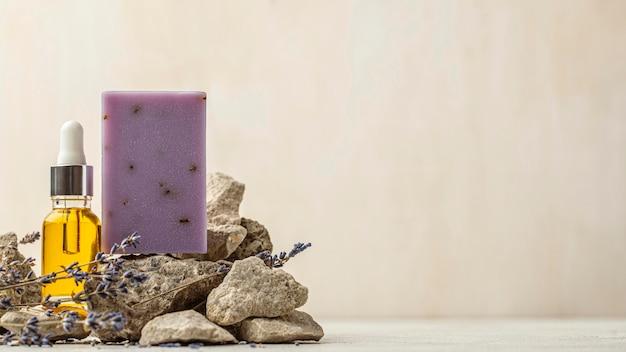 Lavendel- en olieflessenregeling met exemplaarruimte Gratis Foto