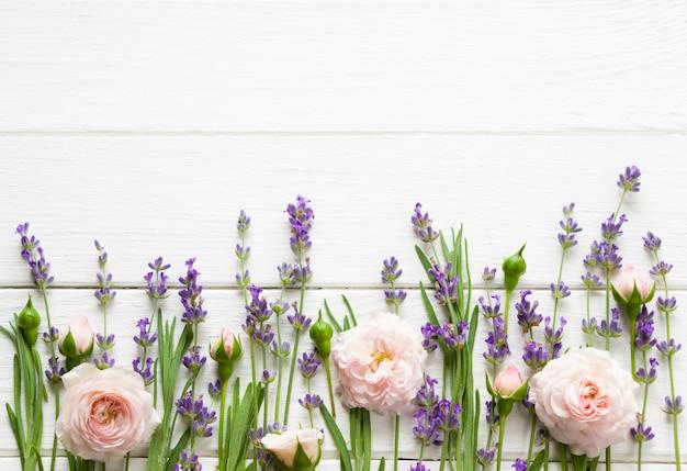 Lavendel en roze rozen plat leggen, mock up, provence sjabloon, lavendel sjabloon voor wenskaarten met kopie ruimte, bruiloft lay-out, bloemmotief Premium Foto