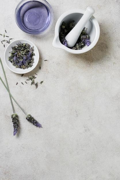 Lavendel in kommen exemplaarruimte Premium Foto