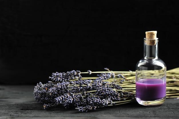 Lavendel, lavendelolie op donkere houten achtergrond Premium Foto