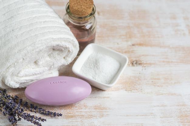 Lavendel zeep met tekst lavande natuurlijke ingrediënten voor zelfgemaakte lichaam zout scrub olie schoonheid concept Premium Foto