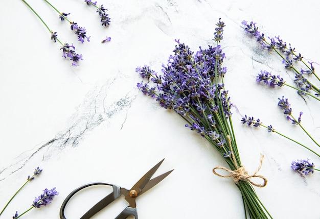 Lavendelbloemen, schaar en touw op een wit marmer Premium Foto