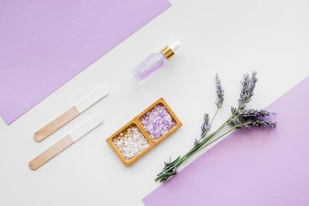 Lavendeloliën en crèmes voor bovenaanzicht van de huid Premium Foto