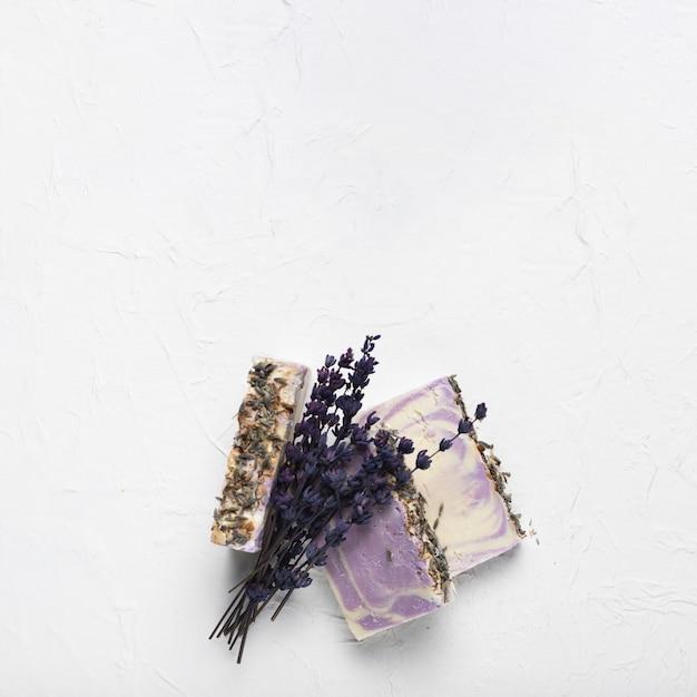 Lavendelzeep en boeket bij kuuroord Gratis Foto