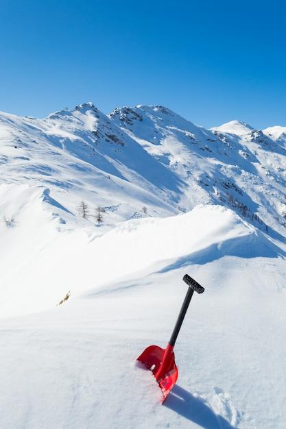 Lawineschop in de sneeuw Premium Foto